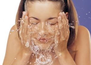 La higiene facial es fundamental para evitar el enrojecimiento