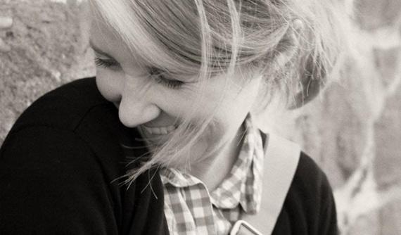 Mujer sonriendo. La jalea real mejora el estado de ánimo