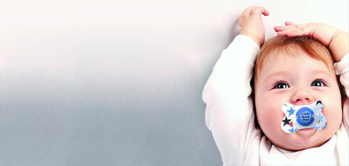 Imagen promocional de Suavinex. Niño con chupete.