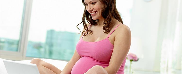 Embarazada consultando sus dudas en www.disfrutatuembarazo.com