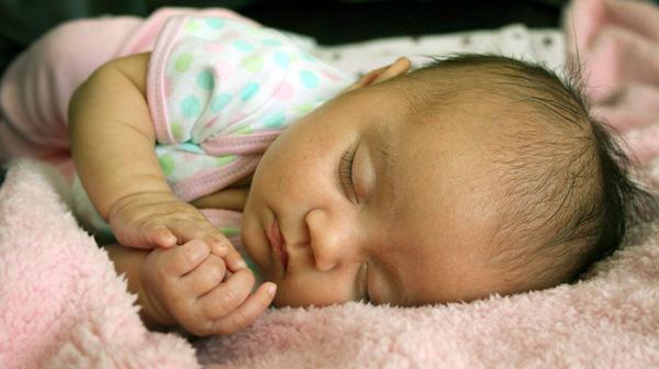 Bebé durmiendo. Ventajas del  humidificador para respirar mejor.